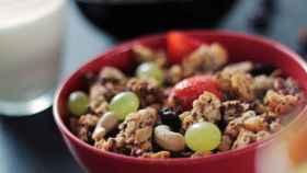 Un tazón con muesli y uvas.
