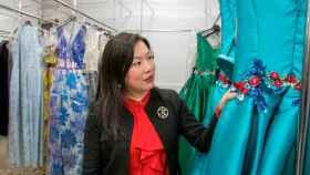 Xiu Mian mostrando sus diseños.