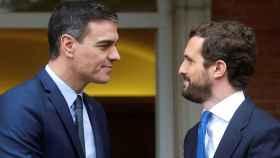 Pedro Sánchez y Pablo Casado se saludan en la escalinata de La Moncloa antes de su reunión.