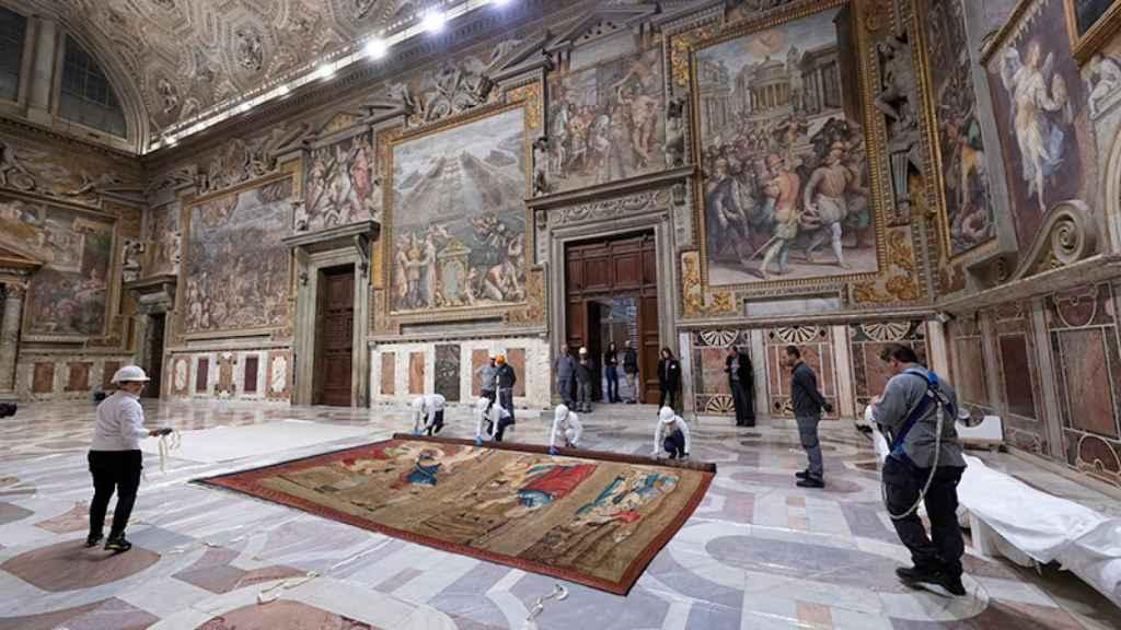 Operarios del Vaticano preparando las joyas de Rafael Sanzio.
