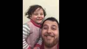 Un padre y su hija juegan a que las bombas de Siria son un juego para luchar contra el miedo