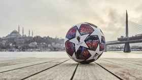 El balón de la Champions League 'camino a Estambul'