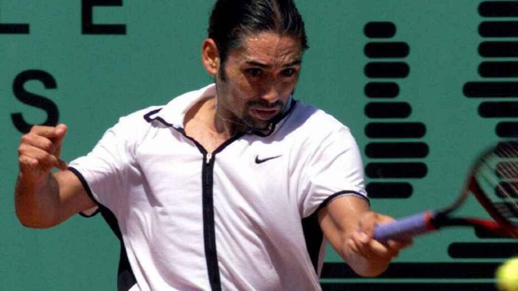 Marcelo Ríos durante un partido de tenis