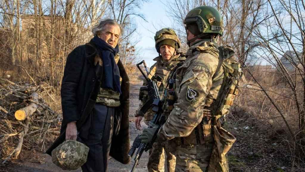 BHL conversa con algunos de los soldados del frente ucraniano