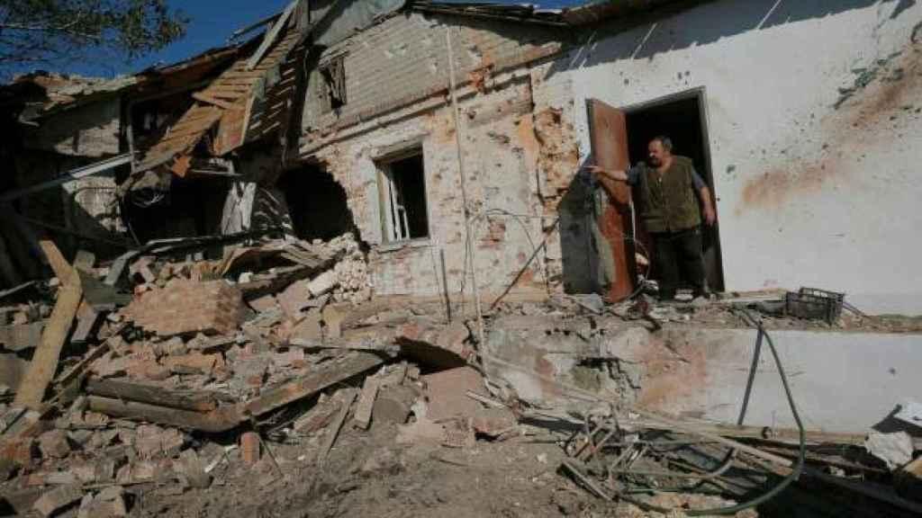 Anatoly Nosvof frente a su casa arrasa en la ciudad de Pisky, en una imagen tomada  en 2014