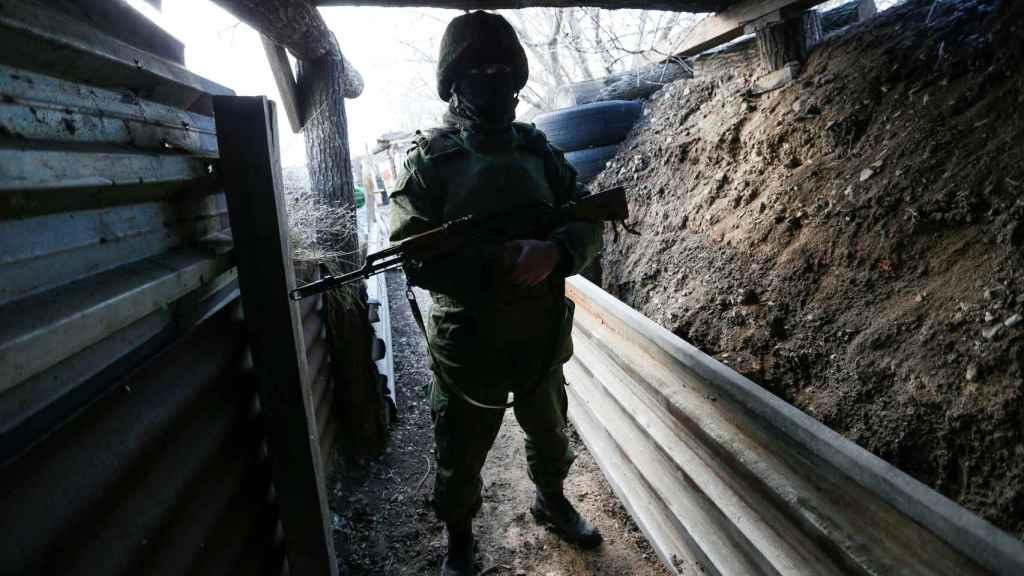 Un soldado de la autoproclamada república de Donetsk  cerca de Staromykhailivka
