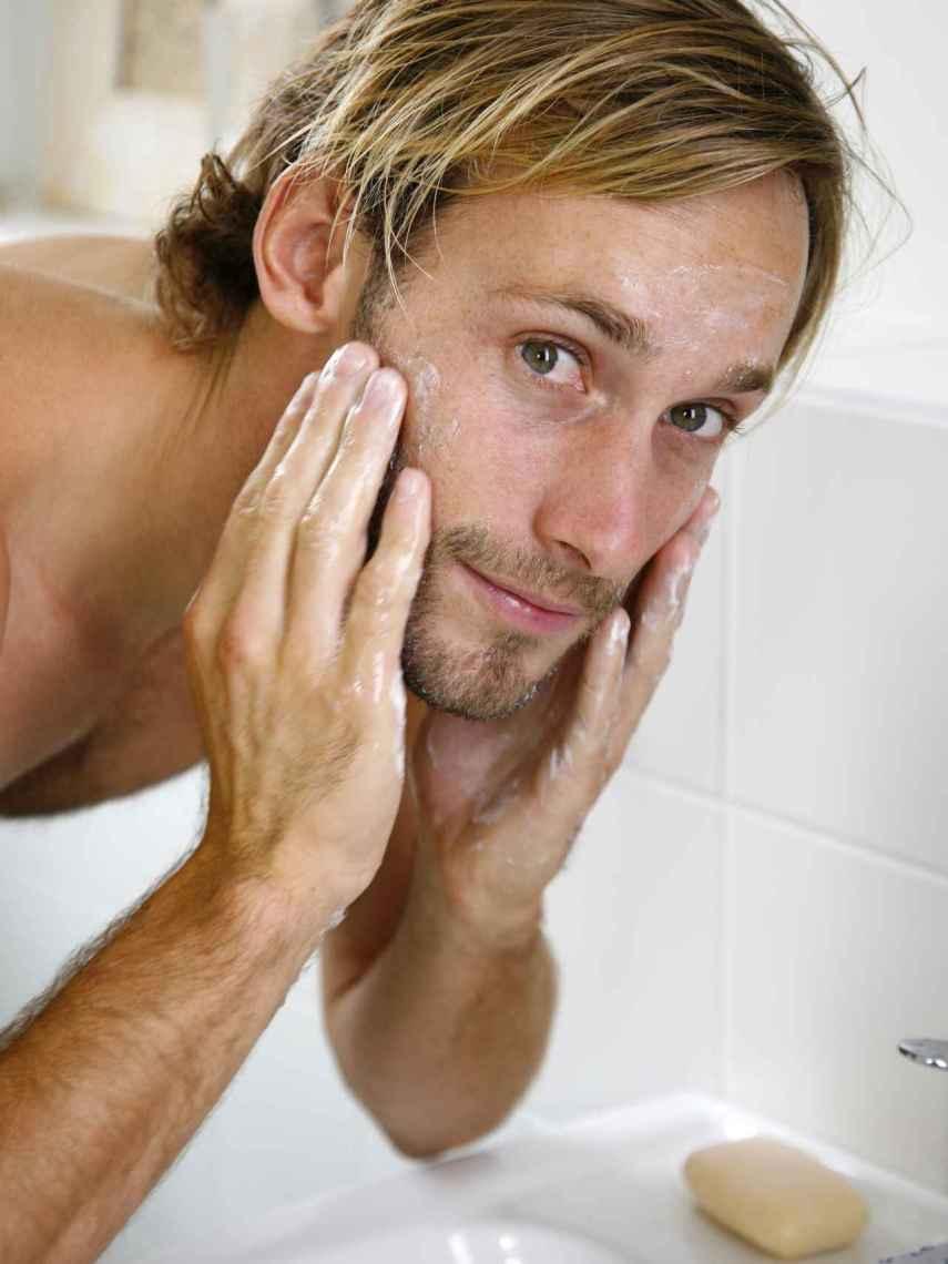 La limpieza es fundamental para el cuidado de la piel, también para hombres.