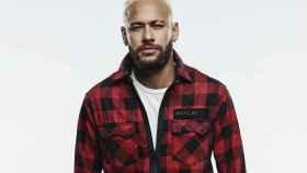 Neymar luciendo prendas de su colección cápsula con Replay.