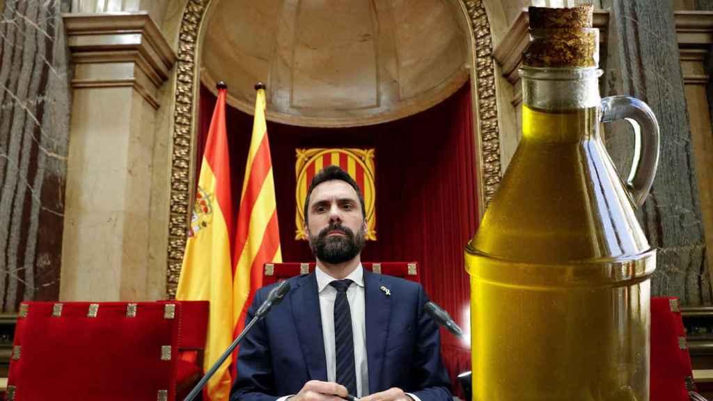 Fotomontaje de Roger Torrent, presidente del Parlamento catalán, y una botella de aceite.