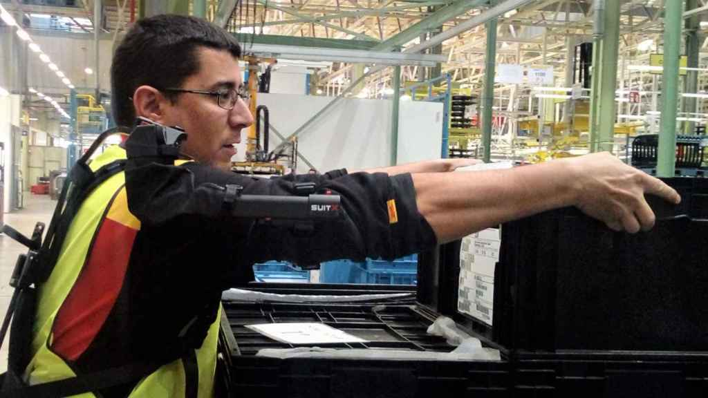 Un trabajador con un exoesqueleto en la planta de Vitoria.