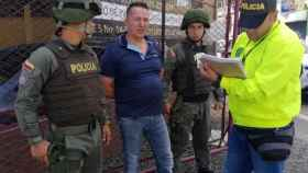 Carlos Alberto Salazar, 'El señor de la bata', custodiado por la Policía en Bogotá (Colombia).