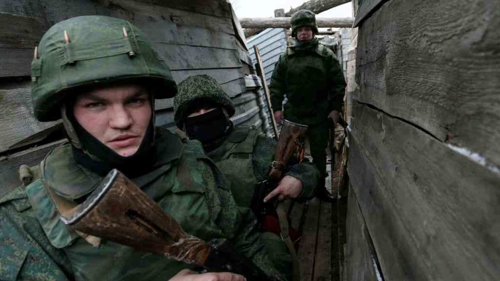 Milicianos de la autoproclamada república del Donetsk  en una trinchera cerca de Staromykhailivka