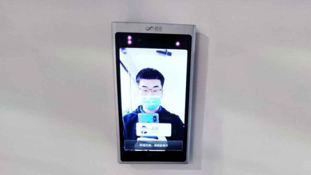 Sistema de reconocimiento facial de SenseTime; aún con máscara, es capaz de identificar al usuario
