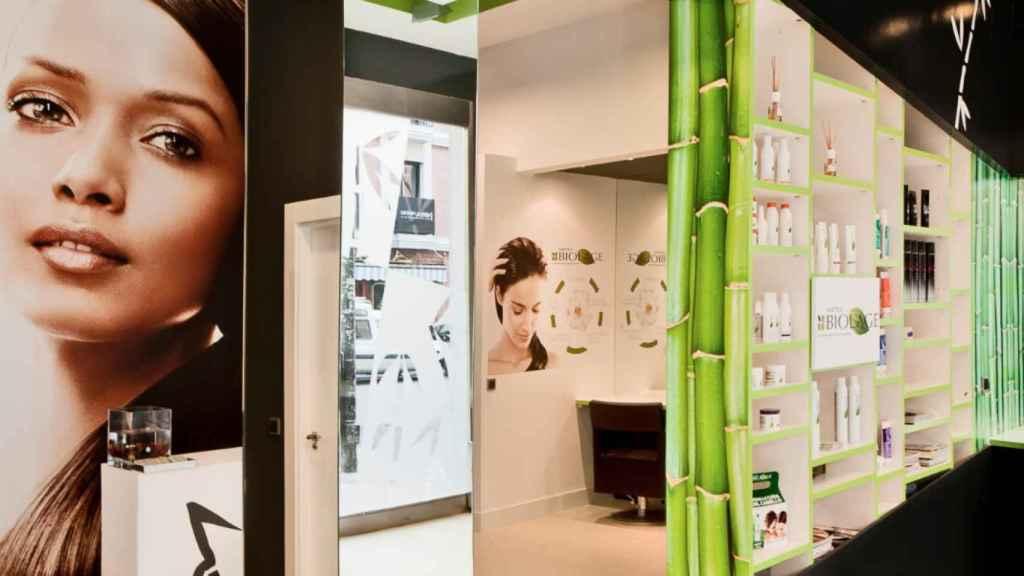 La peluquería David Künzle con los distintos productos que tiene a disposición.