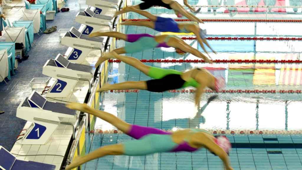 Nadadoras lanzándose al agua