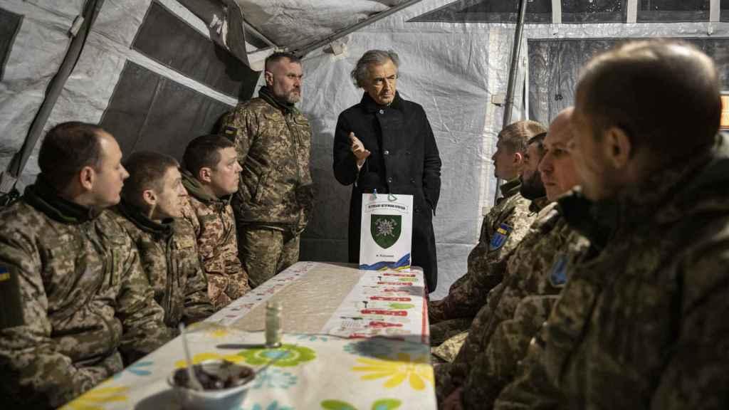 BHL en una reunión con soldados de la autoproclamada república del Donetsk.