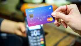 Imagen de archivo de una persona a punto de realizar un pago con una tarjeta.
