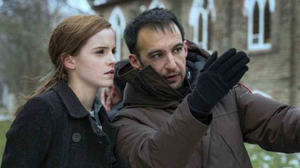 Alejandro Amenábar da órdenes a Emma Watson en el rodaje de 'Regresión'