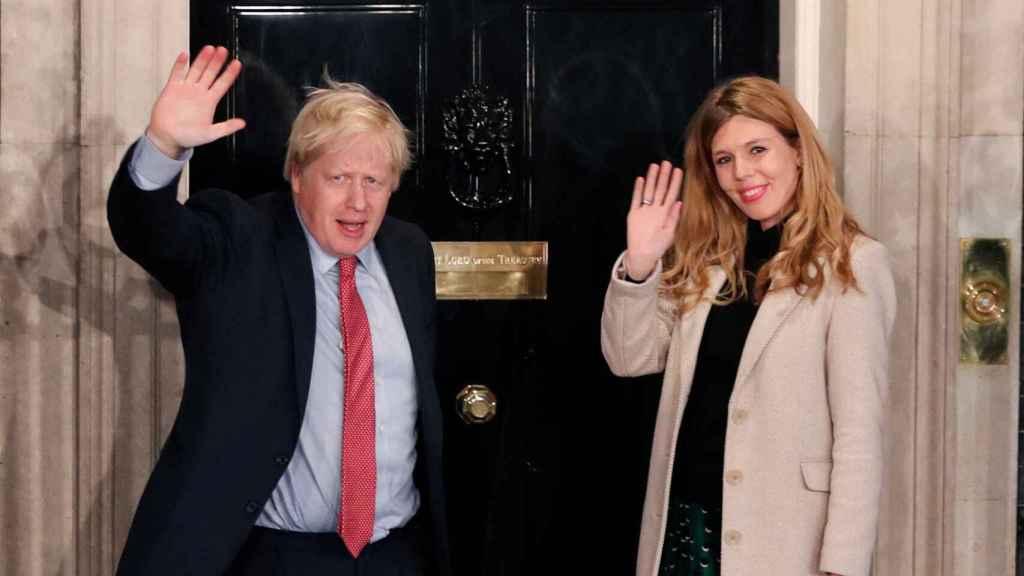 Boris Johnson y Carrie Symonds entrando en su residencia oficial de Downing Street.