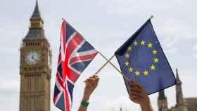 Las banderas de Reino Unido y la Unión Europea.