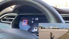 Tesla circulando por encima del límite de velocidad por una señal modificada