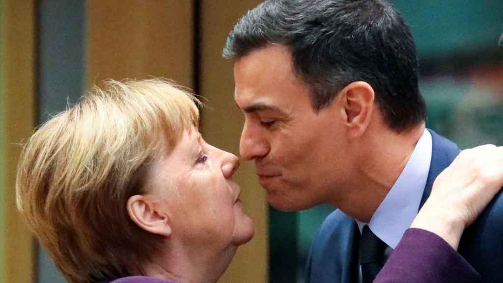 Pedro Sánchez saluda a Angela Merkel este jueves durante la cumbre de la UE