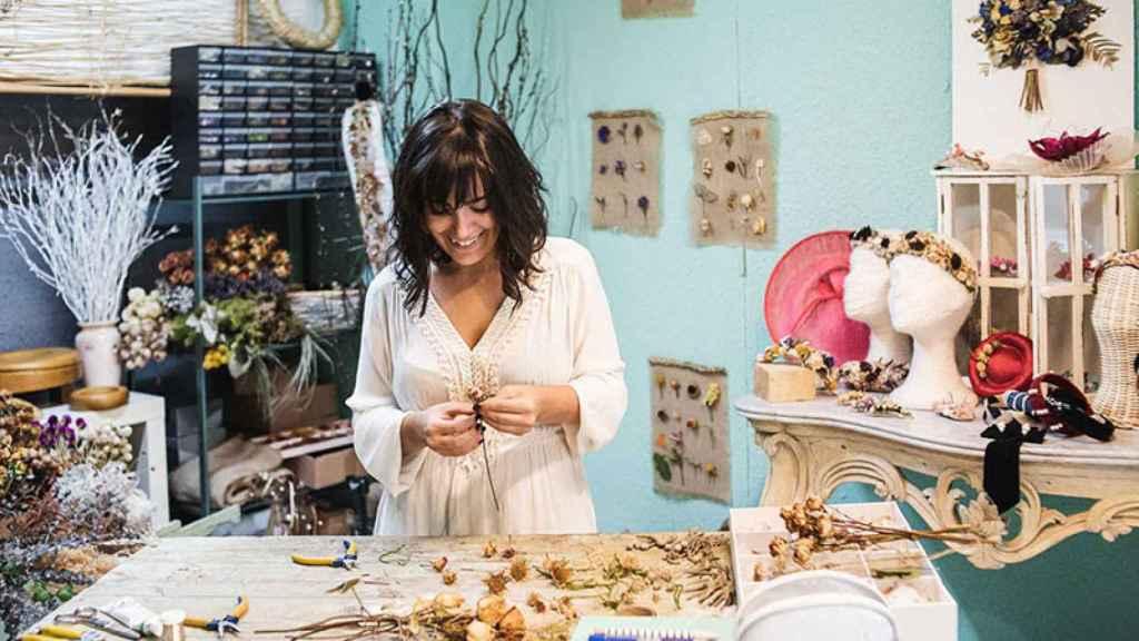 Leyre Marín aplica novedosas técnicas para crear tocados y accesorios florales únicos.