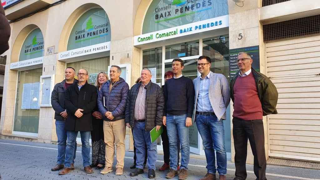 Los 14 alcaldes del Baix Penedès (Tarragona) fotografiados esta semana.