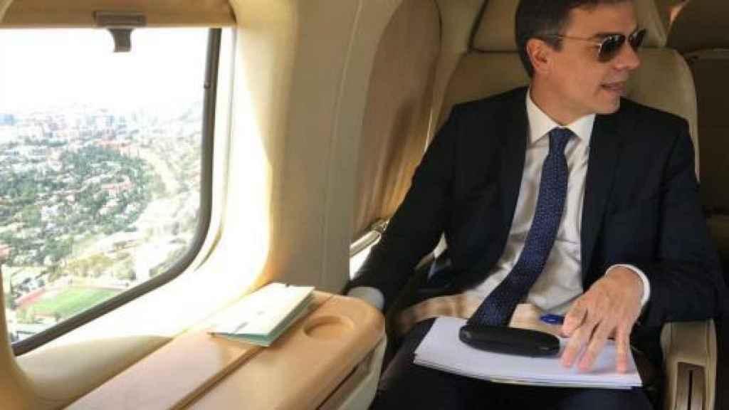 Sánchez posa en el avión presidencial.