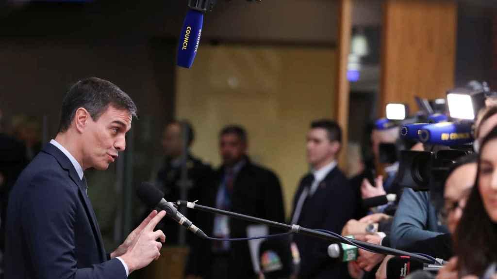 Pedro Sánchez habla con la prensa este jueves a su llegada a la cumbre de la UE