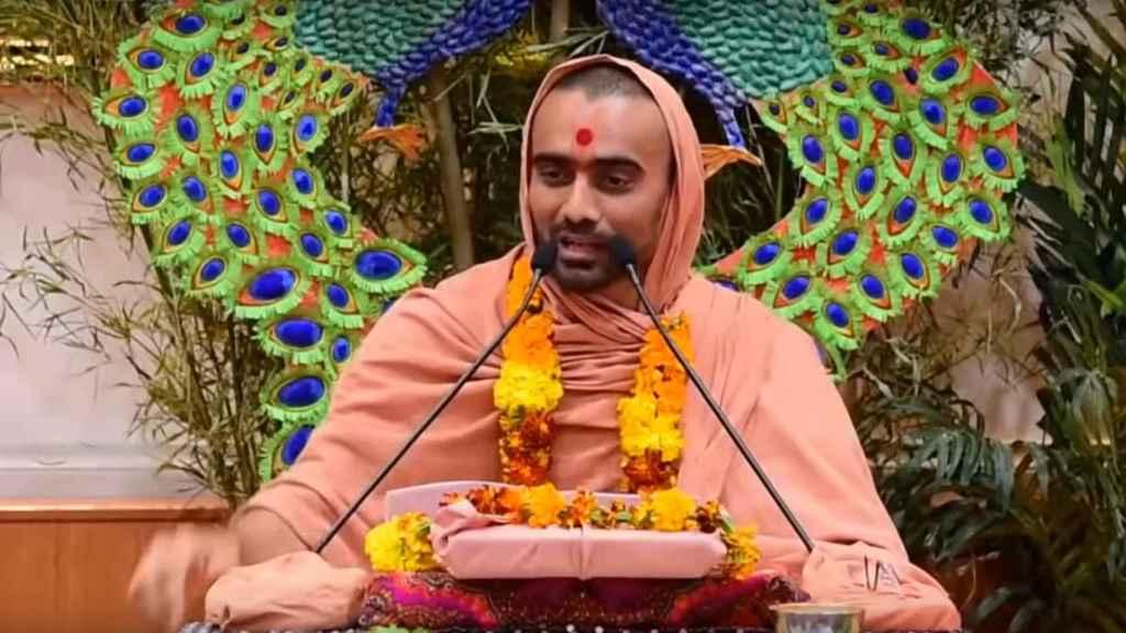 El misógino Swami Krushnaswarup Dasji durante su sermón.