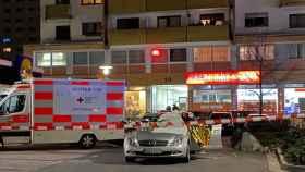 Una ambulancia en la escena del crimen en Hanau.