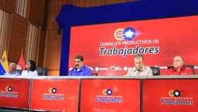 Nicolás Maduro en un acto en Caracas junto a los principales dirigentes chavistas, entre ellos Delcy Rodríguez.