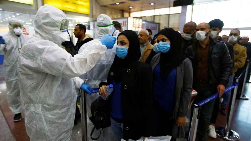 Sanitario midiendo la temperatura en Irak
