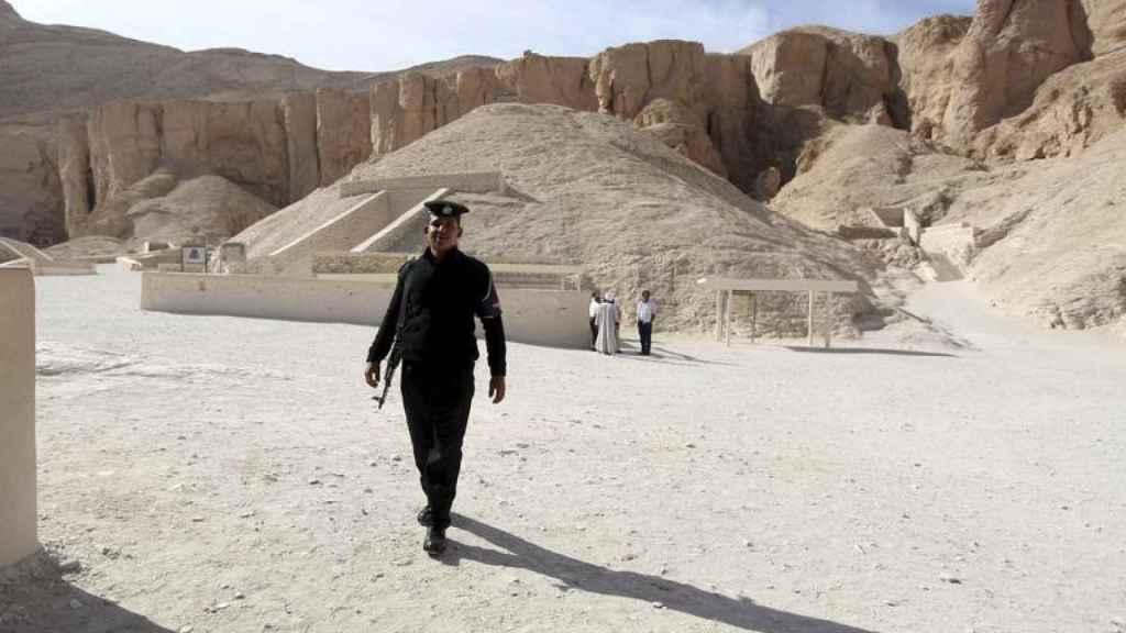 Un policía, a la entrada de la tumba de Tutankamón en Luxor.