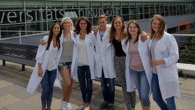 La médico Ana Saavedra, junto a otros compañeros de su universidad, en Alemania.