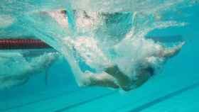 Nadador debajo del agua