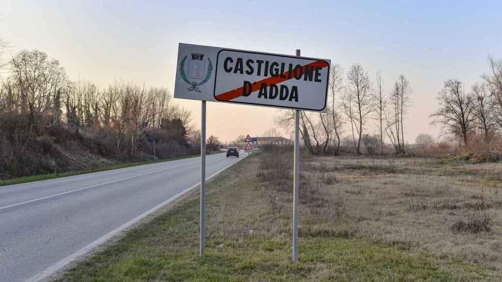 Salida del pueblo de Castiglione d'Adda, donde se ha desatado el brote.