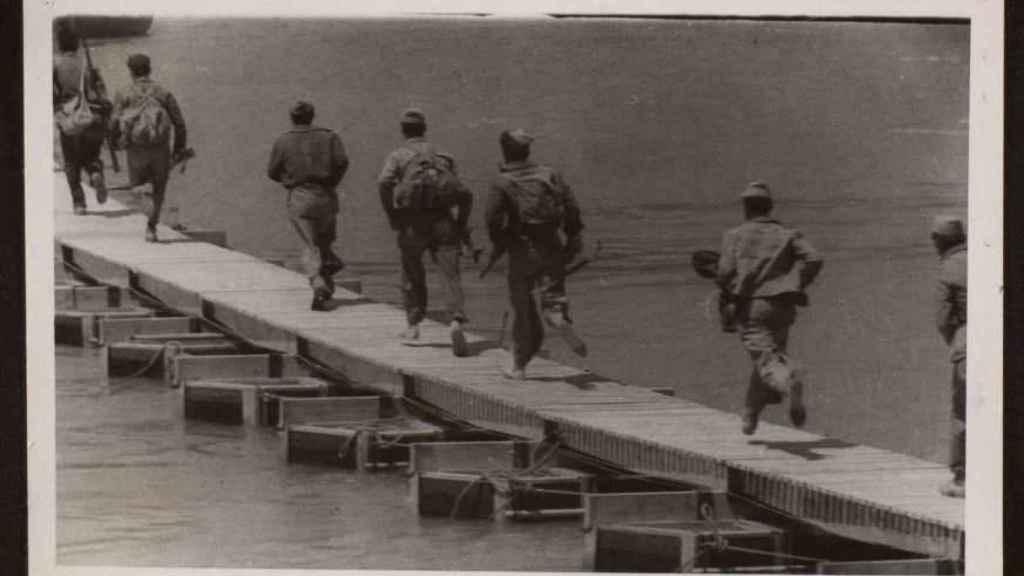 Soldados republicanos cruzando el Ebro durante la ofensiva.