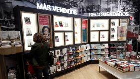 Una mujer consulta ejemplares de libros en una librería de Madrid.
