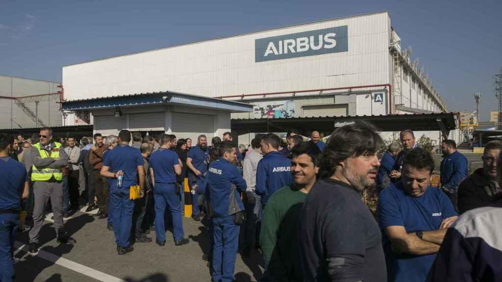 Los trabajadores de Airbus secundando una concentración contra los despidos.