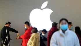 El interior de una tienda Apple durante la pandemia.