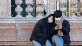 Dos turistas usan mascarillas en Venecia.