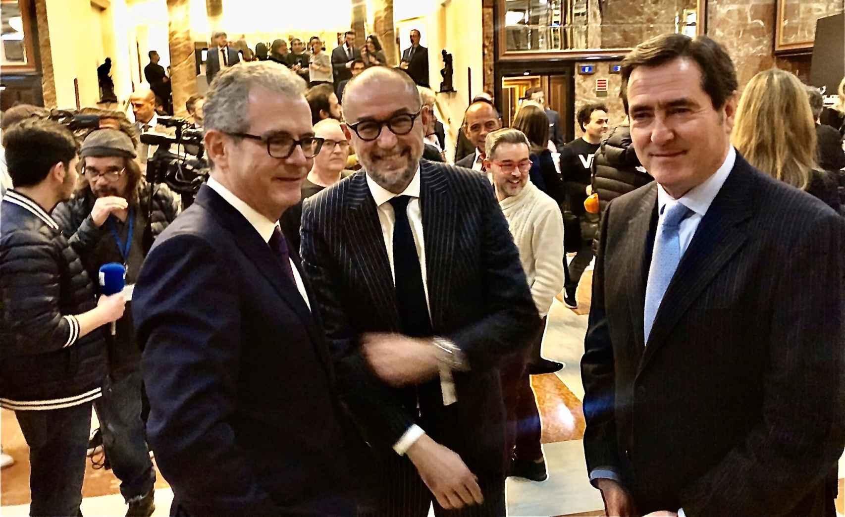 Isla, Garicano, y el editor de 'Forbes' recibiendo invitados.