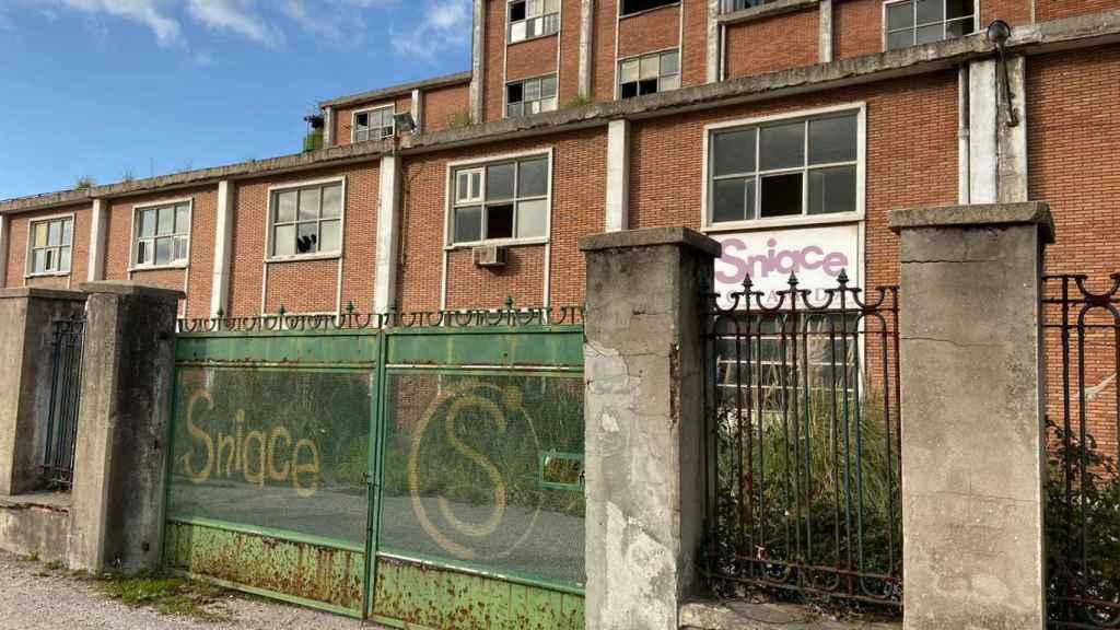Uno de los edificios del complejo de Sniace, en estado de abandono