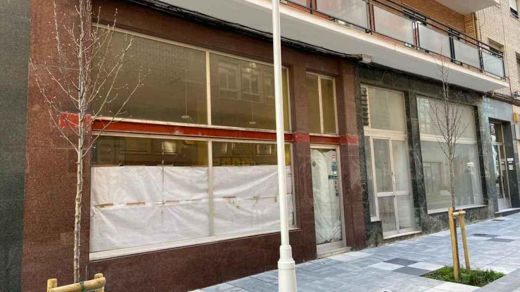 Tres locales comerciales vacíos juntos, en la misma calle de Torrelavega