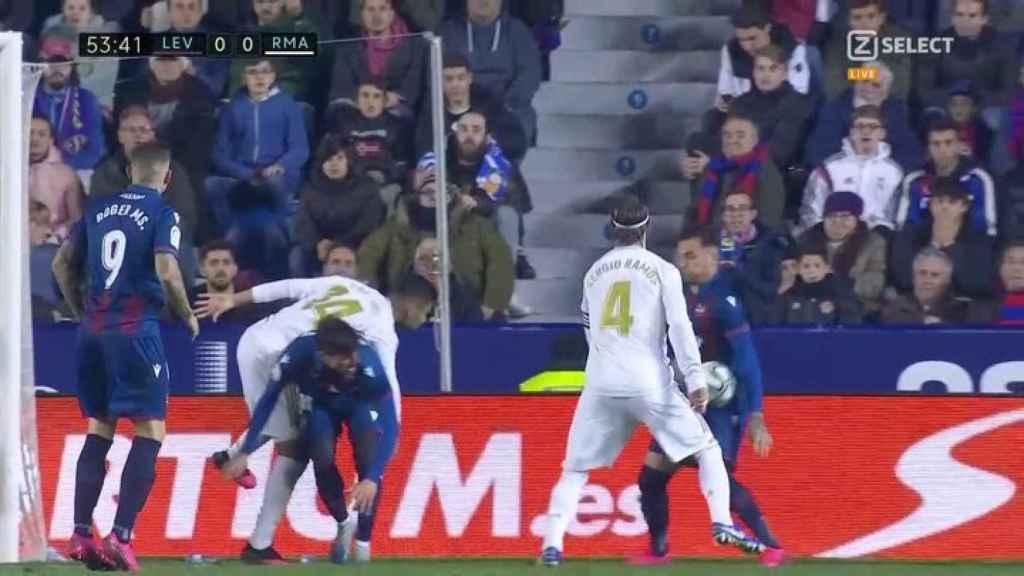 El Madrid pide mano de Toño dentro del área