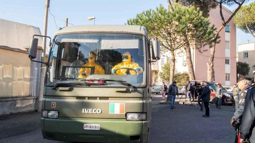 Los turistas italianos evacuados del crucero Diamond Princess llegan al país.