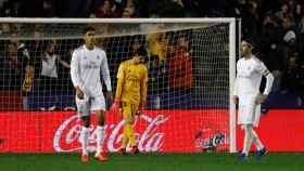 Varane, Courtois y Ramos tras el gol de Morales en el Levante 1-0 Real Madrid