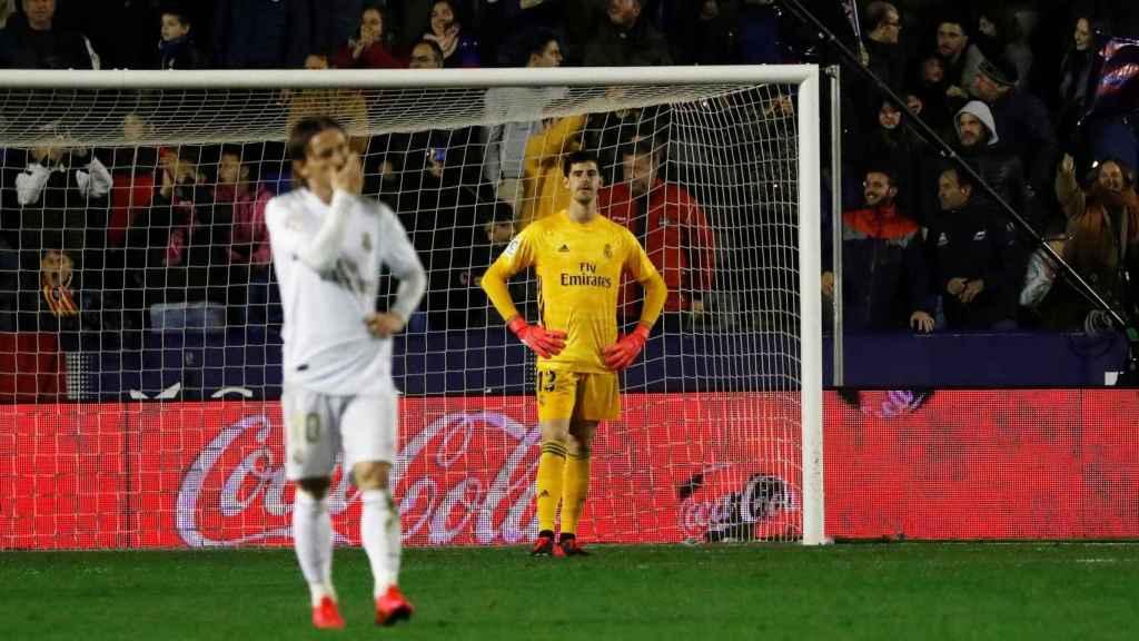 Los jugadores del Real Madrid tras el gol de Morales